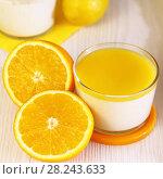Купить «Еда. Десерт. Апельсины и Панна-котта на завтрак. Итальянский молочный цитрусовый продукт из йогурта и сливок с апельсином и лимонным соком.», фото № 28243633, снято 18 марта 2018 г. (c) Светлана Евграфова / Фотобанк Лори