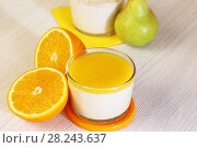 Купить «Еда. Свежие груши, апельсины и Панна-котта на завтрак. Итальянский молочный цитрусовый десерт из йогурта и сливок с грушей и апельсином.», фото № 28243637, снято 18 марта 2018 г. (c) Светлана Евграфова / Фотобанк Лори