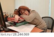 Купить «Женщина-менеджер заснула на рабочем месте в офисе», фото № 28244069, снято 3 февраля 2018 г. (c) Ирина Борсученко / Фотобанк Лори