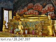 Купить «Старинная скульптура лежащего Будды крупным планом. Фрагмент интерьера буддистского храма Wat Bowonniwet Vihara. Бангкок, Таиланд», фото № 28247397, снято 12 декабря 2016 г. (c) Виктор Карасев / Фотобанк Лори