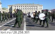 Купить «Музыканты сводного военного оркестра маршируют на Дворцовой площади. Репетиция парада в честь Дня Победы, Санкт-Петербург», видеоролик № 28258301, снято 4 апреля 2018 г. (c) Виктор Карасев / Фотобанк Лори