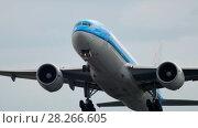 Купить «KLM Boeing 777 departure», видеоролик № 28266605, снято 25 июля 2017 г. (c) Игорь Жоров / Фотобанк Лори