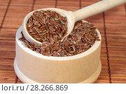 Купить «Семена льна в деревянной миске с ложкой крупным планом», фото № 28266869, снято 5 апреля 2018 г. (c) Елена Коромыслова / Фотобанк Лори