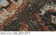 Купить «Top down aerial view of intersection with a lot of cars», видеоролик № 28267077, снято 6 апреля 2018 г. (c) Ярослав Ковальчук / Фотобанк Лори