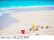 Купить «Sandcastle at white tropical beach with plastic kids toys», фото № 28272997, снято 5 января 2018 г. (c) Дмитрий Травников / Фотобанк Лори