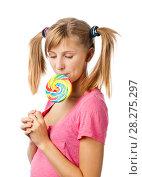 Купить «Девочка в розовой футболке с хвостиками ест большой разноцветный леденец», эксклюзивное фото № 28275297, снято 12 сентября 2010 г. (c) Давид Мзареулян / Фотобанк Лори
