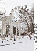 Купить «Колоннада и колесо обозрения в саду имени Д.Л. Караева (заложен в 19 веке) зимой в курортном городе Евпатории, Крым», фото № 28276237, снято 28 февраля 2018 г. (c) Николай Мухорин / Фотобанк Лори