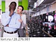 Купить «Couple selecting hob in household store», фото № 28276981, снято 21 февраля 2018 г. (c) Яков Филимонов / Фотобанк Лори