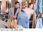 Купить «Couple is choosing jeans blouse for her», фото № 28280045, снято 12 марта 2018 г. (c) Яков Филимонов / Фотобанк Лори