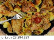 Купить «Блюдо,состоящее из жареных куриных бедер с картофелем», фото № 28284829, снято 28 января 2020 г. (c) Игорь Кутателадзе / Фотобанк Лори
