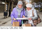 Купить «Mature ladies travellers with map», фото № 28292105, снято 26 ноября 2017 г. (c) Яков Филимонов / Фотобанк Лори