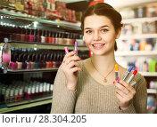 Купить «Ordinary female searching for reliable lipstick», фото № 28304205, снято 21 февраля 2017 г. (c) Яков Филимонов / Фотобанк Лори