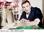 Купить «Man operating automatic screwdriver in wood workshop», фото № 28306629, снято 19 января 2019 г. (c) Яков Филимонов / Фотобанк Лори