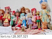 Купить «Старые советские куклы на городском блошином рынке. Территория Музея Москвы, апрель 2018», эксклюзивное фото № 28307321, снято 15 апреля 2018 г. (c) Илюхина Наталья / Фотобанк Лори