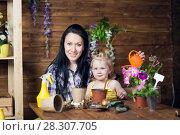 Купить «Mom and children are planting flowers», фото № 28307705, снято 14 апреля 2018 г. (c) Типляшина Евгения / Фотобанк Лори