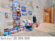 Купить «Croatian paintings on sale at the entrance of the fortress, Dubrovnik, Croatia», фото № 28309309, снято 16 июня 2019 г. (c) BE&W Photo / Фотобанк Лори