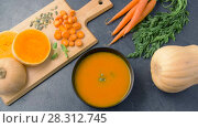 Купить «hand adding pumpkin seeds and mint leaf to soup», видеоролик № 28312745, снято 8 апреля 2018 г. (c) Syda Productions / Фотобанк Лори