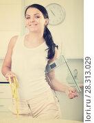 Купить «Woman with measuring tape and scales», фото № 28313029, снято 23 марта 2019 г. (c) Яков Филимонов / Фотобанк Лори