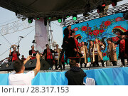 Купить «Выступление народного коллектива на сцене», фото № 28317153, снято 9 сентября 2017 г. (c) Марина Шатерова / Фотобанк Лори