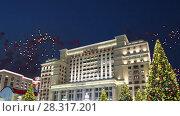Купить «Fireworks over the Four Seasons Hotel. Moscow. Russia», видеоролик № 28317201, снято 19 апреля 2018 г. (c) Владимир Журавлев / Фотобанк Лори