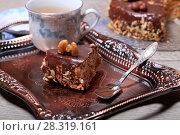 Купить «Кусок шоколадного торта с орехами», фото № 28319161, снято 20 апреля 2018 г. (c) Яна Королёва / Фотобанк Лори