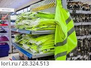 Купить «Светоотражающий жилет в магазине», фото № 28324513, снято 21 апреля 2018 г. (c) Victoria Demidova / Фотобанк Лори
