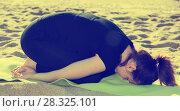Female in black T-shirt is practicing set of stretching exercises. Стоковое фото, фотограф Яков Филимонов / Фотобанк Лори