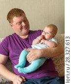 Купить «Папа с грудной дочкой», фото № 28327613, снято 19 апреля 2015 г. (c) Акиньшин Владимир / Фотобанк Лори