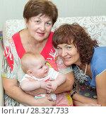 Две счастливые бабушки с внучкой. Стоковое фото, фотограф Акиньшин Владимир / Фотобанк Лори