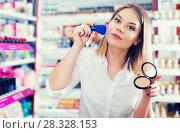 Купить «girl applying powder with brush for testing», фото № 28328153, снято 31 января 2018 г. (c) Яков Филимонов / Фотобанк Лори