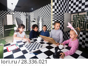 Купить «kids discuss the game in the chess quest room», фото № 28336021, снято 21 октября 2017 г. (c) Яков Филимонов / Фотобанк Лори