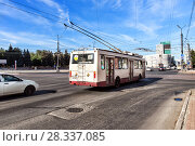 Купить «Троллейбус на центральной улице города Челябинск. Россия», фото № 28337085, снято 7 августа 2016 г. (c) Евгений Ткачёв / Фотобанк Лори