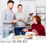 Senior woman acquainted with future husband of daughter. Стоковое фото, фотограф Яков Филимонов / Фотобанк Лори