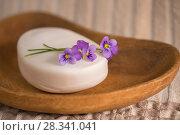 Купить «Белое мыло в деревянной мыльнице», фото № 28341041, снято 26 апреля 2018 г. (c) NataMint / Фотобанк Лори