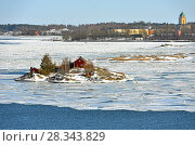 Life on islands. Island of Helsinki archipelago against background of Suomenlinna fortress, Finland. Early spring (2018 год). Стоковое фото, фотограф Валерия Попова / Фотобанк Лори
