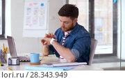 Купить «man using voice recorder on smart watch at office», видеоролик № 28343949, снято 17 апреля 2018 г. (c) Syda Productions / Фотобанк Лори