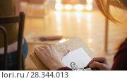 Купить «Hands of female artist draws sketces of nude model in bright classroom», видеоролик № 28344013, снято 25 сентября 2018 г. (c) Константин Шишкин / Фотобанк Лори