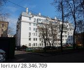 Купить «Семиэтажный трехподъездный кирпичный жилой дом, построен в 1953 году по индивидуальному проекту. 15-я Парковая улица, 3. Район Восточное Измайлово. Москва», эксклюзивное фото № 28346709, снято 16 апреля 2018 г. (c) lana1501 / Фотобанк Лори