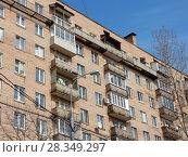 Купить «Девятиэтажный шестиподъездный кирпичный жилой дом серии II-29, построен в 1974 году. 11-я Парковая улица, 24. Район Восточное Измайлово. Москва», эксклюзивное фото № 28349297, снято 4 апреля 2018 г. (c) lana1501 / Фотобанк Лори