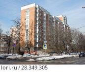 Купить «Десятиэтажный трёхподъездный панельный жилой дом серии П-44Т, построен в 2001 году. 11-я Парковая улица, 25. Район Измайлово. Город Москва», эксклюзивное фото № 28349305, снято 4 апреля 2018 г. (c) lana1501 / Фотобанк Лори
