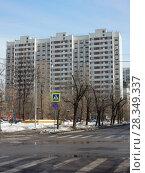 Купить «Семнадцатиэтажный трехподъездный панельный жилой дом серии П-44, построен в 1989 году. Средняя Первомайская улица, 13. Район Восточное Измайлово. Город Москва», эксклюзивное фото № 28349337, снято 4 апреля 2018 г. (c) lana1501 / Фотобанк Лори