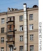 Купить «Пяти–шестиэтажный кирпичный жилой дом (1955 г.). Измайловский бульвар, 38. Район Измайлово. Город Москва», эксклюзивное фото № 28349413, снято 4 апреля 2018 г. (c) lana1501 / Фотобанк Лори