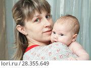 Купить «Женщина с ребёнком», фото № 28355649, снято 9 апреля 2011 г. (c) Акиньшин Владимир / Фотобанк Лори