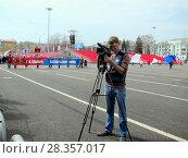 Купить «Мужчина с кинокамерой во время демонстрации», фото № 28357017, снято 1 мая 2018 г. (c) Светлана Кириллова / Фотобанк Лори