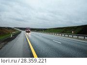 Купить «Грузовик движется по шоссе», эксклюзивное фото № 28359221, снято 19 апреля 2018 г. (c) Игорь Низов / Фотобанк Лори
