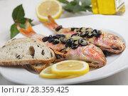 Купить «Baked goatfishes with olives», фото № 28359425, снято 8 апреля 2011 г. (c) Stockphoto / Фотобанк Лори