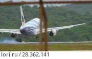 Купить «Airbus A319 landing at Phuket airport», видеоролик № 28362141, снято 26 ноября 2017 г. (c) Игорь Жоров / Фотобанк Лори