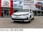 Купить «Автомобиль Toyota Corolla у входа в автосалон», фото № 28363045, снято 7 июня 2017 г. (c) Евгений Ткачёв / Фотобанк Лори
