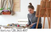 Купить «Female painter draws sketches of naked woman in a drawing studio», видеоролик № 28363497, снято 28 мая 2018 г. (c) Константин Шишкин / Фотобанк Лори