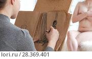 Купить «Two female artists sketching nude model in bright drawing class», видеоролик № 28369401, снято 25 сентября 2018 г. (c) Константин Шишкин / Фотобанк Лори